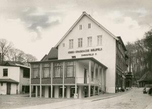 """1956 zog die """"Zweigstelle VI"""" erstmals um. Im Stil der Zeit wurde ein Anbau an das erste Zweigstellengebäude errichtet."""