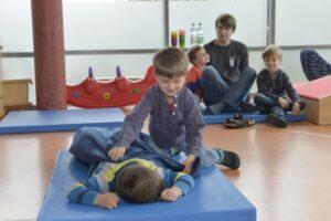Kinder lernen spielerisch, wie man richtig Erste Hilfe leistet.
