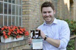 Mike Cacic präsentiert stolz sein Flutlicht-Bier