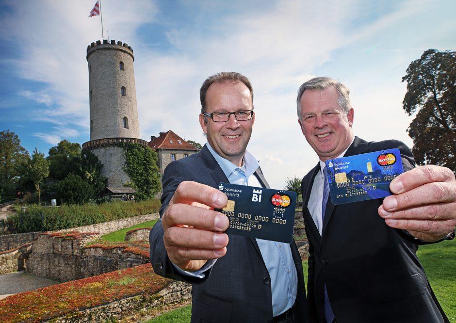 Sparkasse stellt neue Kreditkarten mit Sparrenburg-Motiv und Bielefeld-Logo vor