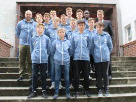 Die Helmholtz-Kicker in ihren neuen Kapuzen-Shirts von der Sparkasse Bielefeld