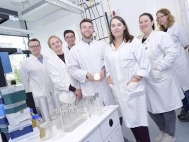 Studentinnen und Studenten der Universität Bielefeld nehmen wieder am iGEM-Wettbewerb für synthetische Biologie teil. iGEM Team Bielefeld 2017