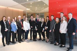 15 junge Mitarbeiterinnen und Mitarbeiter der Sparkasse Bielefeld haben ihre Ausbildung beendet